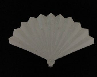 Vintage White Plastic Fan Brooch (JT1)