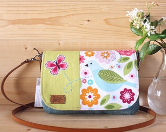 Purse to carry your wrist or shoulder bag. Flap decorated with beautiful fabric pattern and application in free motion.
