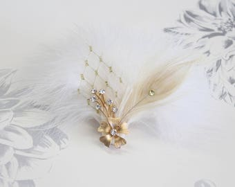Vintage Gold Wedding feather fascinator | Ivory White feather hair clip fascinator Bridal hair piece Wedding hair piece Wedding feather clip