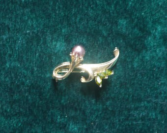 Pretty gold coloured costume brooch with a dusky pink bauble flower and green stone leaves