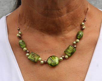 Green and brown short necklace