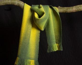Sjaal in verlopende groene kleuren. Wol. 200 x 34 cm.