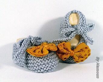 """Chaussons bébé (0-3 mois) en forme de ballerines """"gris clair et noeud jaune moutarde"""""""