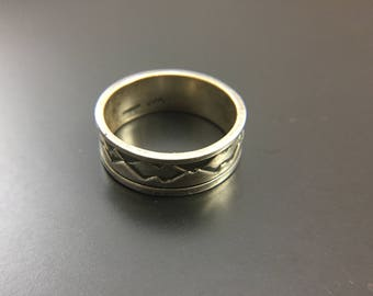 Native American sterling silver band, size 11.5, weight 7.9 grams