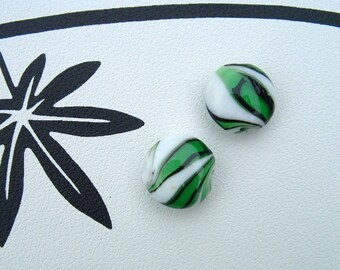Set of 2 beads NEMO shaped lozenge color green 20 mm