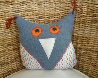 BLUE OWL CUSHION AND MULTICOLORED WOOL