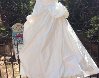 12/ Strapless Wedding Dress / Ivory Taffeta Gown  / Wedding  / Vintage Vera Wang Dress / Ballgown Peplum / Sweep Train / Tulle Train