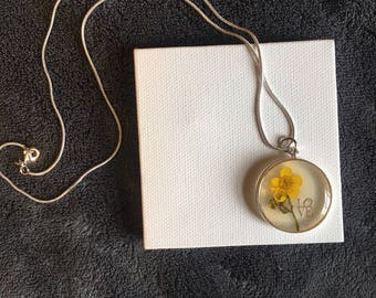 Resin flower and love necklace