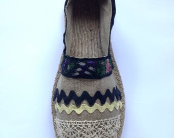 Espadrille with stripes pattern, croquet and lace