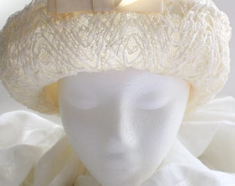 Vintage Creamy White Textured Straw Hat with Wavy Chevron Pattern and Upturned Brim
