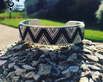 Black and white bracelet made with Miyuki beads - Peyote technic -