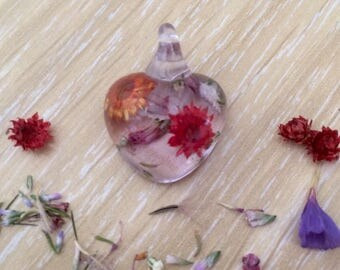 Handmade resin pendant - small heart with flowers (Pingente242)