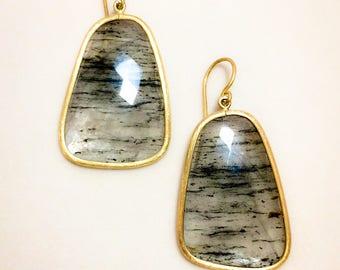 Drop earrings in yellow gold and quartz.  Cerapersa design