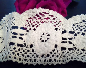 Vintage lace, wide Ecru cotton bobbin