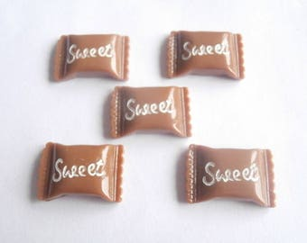 5 embellishments Brown candy with writing pink 21mm x 19mm