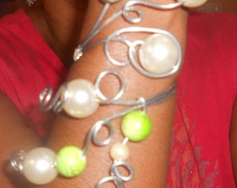 """How """"Pret a Porter"""" light silver wire and Apple green beads."""