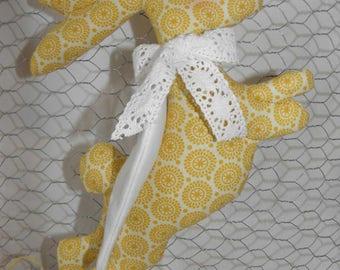 Lapin à suspendre avec des ailes inspiration Tilda en tissu coton avec des cercles rétro pour la décoration