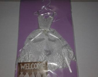 mini robe de mariee satinée pour création de carte ou de cadre