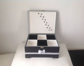 Cat... Sewing box or jewelry box... Black and white