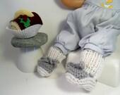 chaussons pour poupée, gris et blancs en laine tricotés main,réservés pour Christine