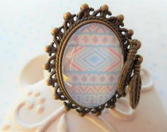 """Bague vintage bronze cabochon verre """"tribal bleu ciel et rose pale"""", breloques plumes, perles, bronze, vintage"""
