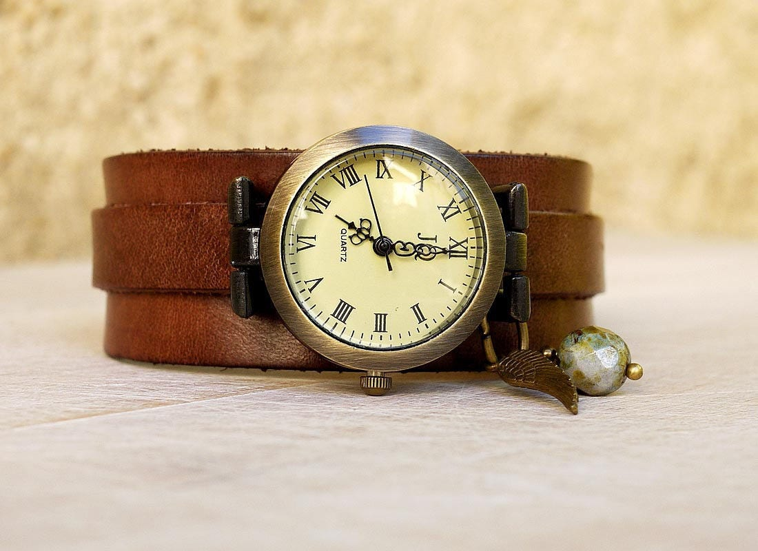 montre cuir artisanale sur bracelet cuir marron patin. Black Bedroom Furniture Sets. Home Design Ideas