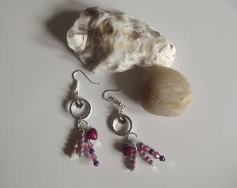 Dangling earrings in silvery metal, acrylic magic beads and howlite and beads that steel flower charm