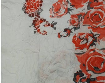 Printed coupon of 3 meters/vibrant red polyester flowers
