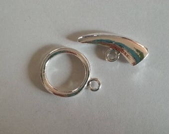 Toggle clasp forms a horn (silver color)