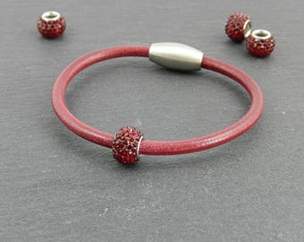 Red leather bracelet with Strassperle | | Magnetic closure