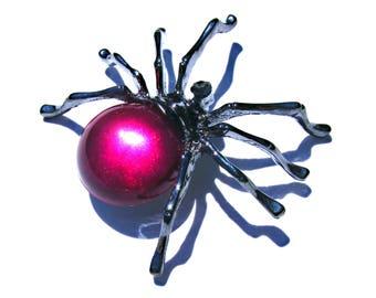 Broche antracite araigné cristal fuchsia et strass blanc.