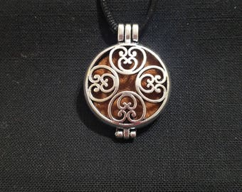 "Round Diffuser Pendant Necklace ""Heartland"""