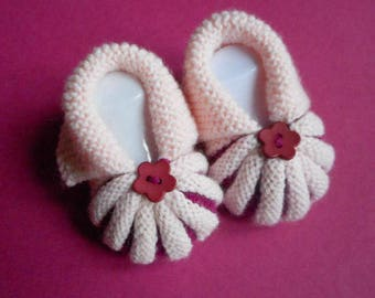 Baby booties knitted handmade in the Dordogne by Pumpkins - pink and Fuschia