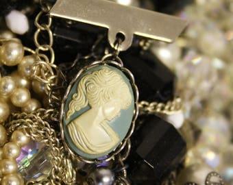Beautiful vintage cameo pendant brooch