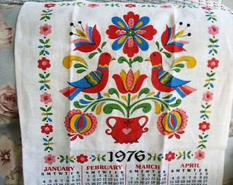 Vintage 1976 Folk Art Bicentennial Linen Tea Towel Wall Hanging Calendar Bright Colors Pinks Blues UNUSED