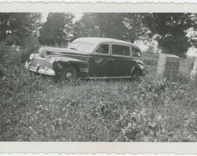 "Vintage Snapshot Photo: ""After the funeral"" Dented Hearse in Graveyard,1940s (76585)"