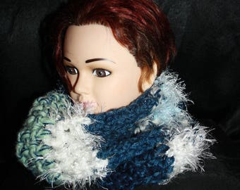 snood 2 turns of the neck at the blue/white crochet