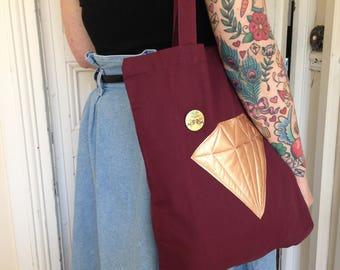 Tote bag en coton bordeaux orné d'un diamant en cuir molletonné or rose et du badge Lucky rosetta