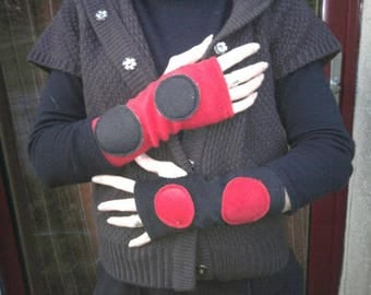 Mitten in two-tone red and black fleece with thumb hole size 1.