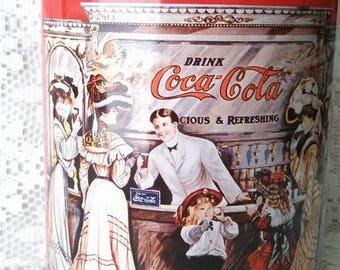 1995 COCA-COLA Tin Can 1800 Fountain Scene