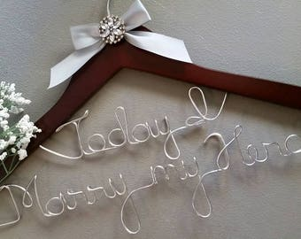 Personalized wedding hanger for the perfect wedding dress - she will love it !! Wedding Dress Hanger, Bride Hanger, Bridal Shower Gift