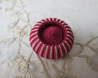 RED & WHITE  Large Vintage Sewing Button - Textile - - bouton couture rouge et blanc