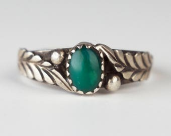 Vintage Ring Green Oval Gemstone Repousse Leaf Sterling Silver Bezel Set Statement Jewelry Size 9
