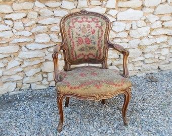 Louis XV style armchair, walnut wood with very nice tapestry upholstery. Comfortable and very decorative. French shabby chic.