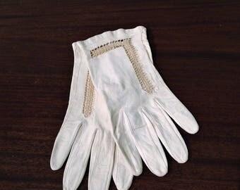 Vintage Italian Leather Ladies' Gloves, Wrist Length Gloves, Ivory Gloves, Small Ivory Leather Gloves, Crochet Trim Leather Gloves