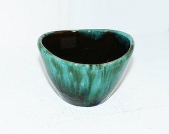 "Blue Mountain Pottery Bowl Asymmetrical  3 3/4"" Long BMP Canada - 1529"
