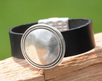 LEATHER CUFF, LEATHER Bracelet, Silver, Silver Disc,round disc accent, Minimalist, classic style, Vintage Jewelry