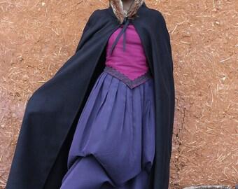 Cape longue noire avec capuche bordée de fausse fourrure ou galon style médiévale féerique   Cape Diem
