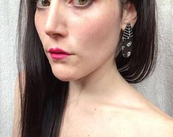 Drop shaped earrings in Black & White with skulls