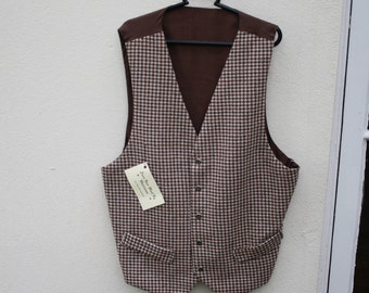 Beautiful houndstooth check waistcoat.